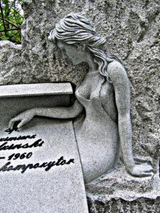 rzeźba kobieta w kamieniu